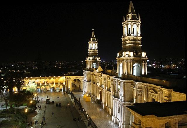 Arequipa - De kathedraal op het Plaza de Armas bij avond