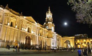 Arequipa - Kathedraal op Plaza Mayor bij avondlicht en volle maan