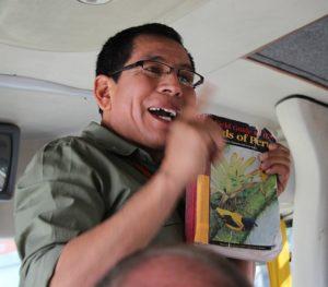 Gids Coco in de bus, onderweg naar Chivay, met een vogelgids