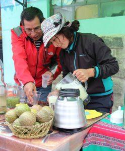 In Maca de bereiding en verkoop van piscosaur, gemaakt van cactusvruchten