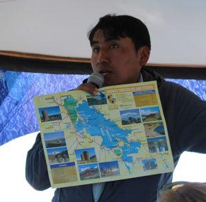Lokale gids Eliseo op de boot naar de Uros eilanden
