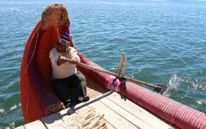Een van de twee roeiers van de riet-boot