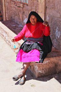 Taquile - Een vrouw bezig met handwerk