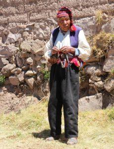 Taquile - Een man bezig met z'n breiwerk