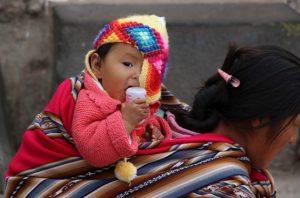 Cusco - San Blas - Kind op de rug van een verkoopster