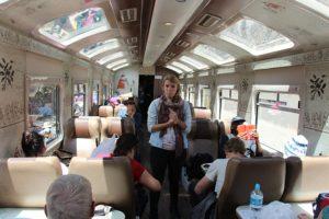 Treinwagon naar Aquas Calientes - Praatje van reisleidster Yoha